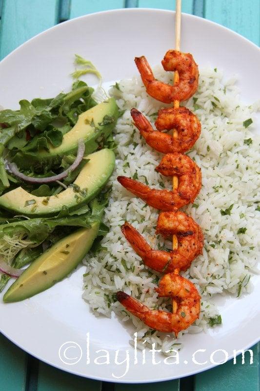 Pinchos de camaron con arroz al cilantro y ensalada de aguacate