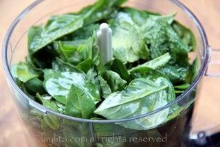 Ponga la albahaca, ajo y aceite de oliva en la licuadora o procesadora de alimentos
