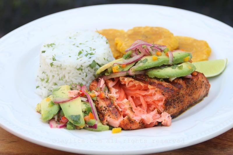 Salmon asado con ensalada de aguacate
