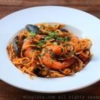 Tallarines o pastas con mariscos en salsa roja