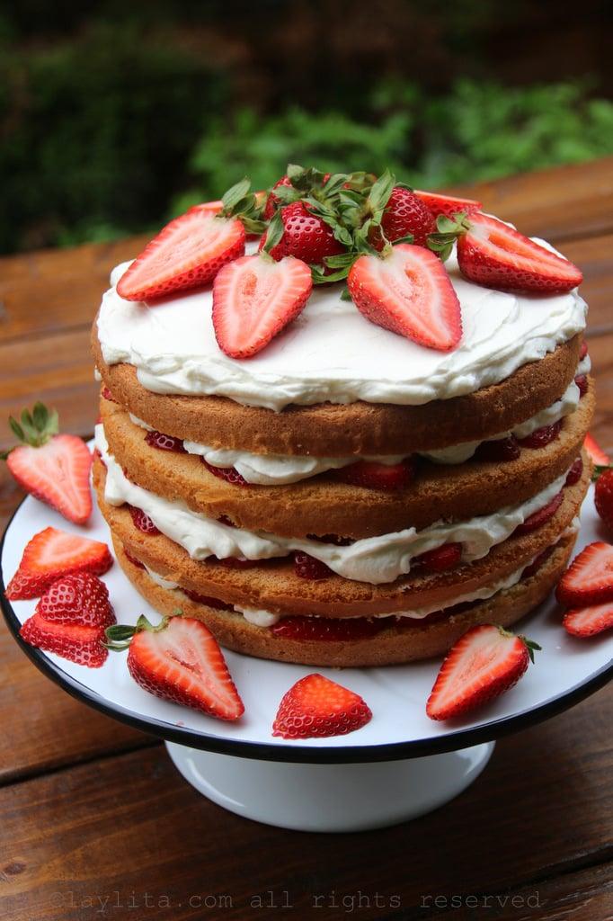 Torta esponjosa de fresas y crema