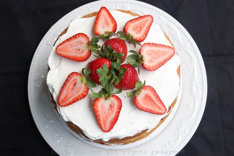Torta o pastel de fresas y crema