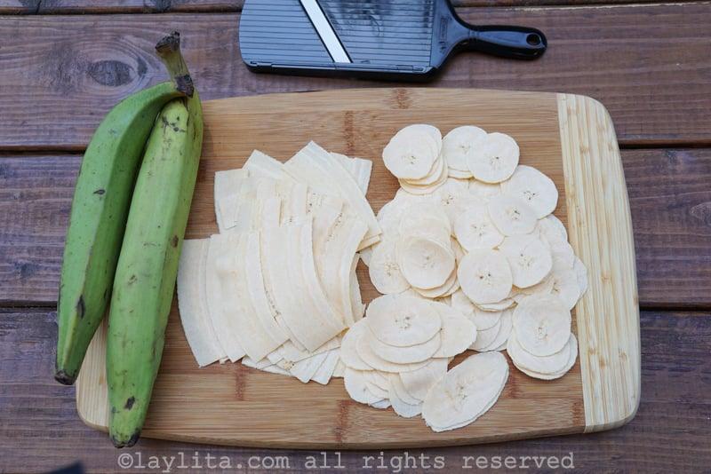 Use un cortador o rebanador (mandolina) para cortar los platanos en rodajas finas
