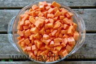 Préparation de la salade de fruits tropicaux