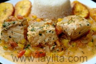 Présentation: poisson en sauce noix de coco servi avec du riz
