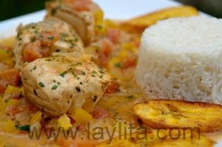 Décoration du poisson en sauce noix de coco servi avec du riz et des bananes plantain