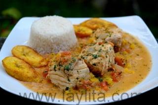 Le poisson en sauce noix de coco est un plat équatorien traditionnel d'Amérique du Sud