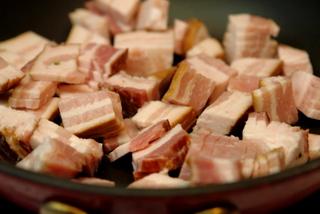 Bacon, ou lardons en poêle pour accompagner la salade frisée