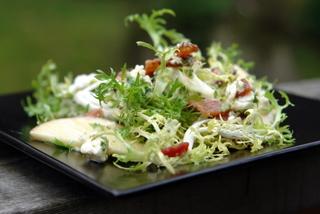 Salade frisée avec sa garniture et sauce, suggestion de présentation