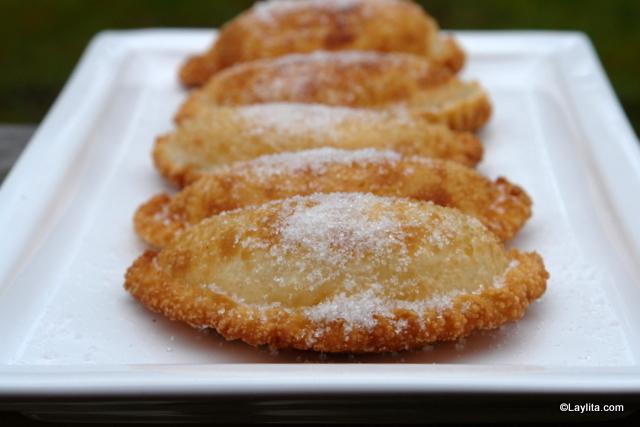 Empanadas frites saupoudrées de sucre