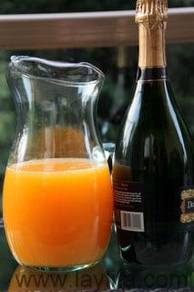 Presser les mandarines ou clémentines pour obtenir un jus, si possible sans pépin.
