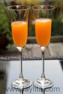Verser le jus de mandarine dans les coupes en laissant de la place pour le champagne.