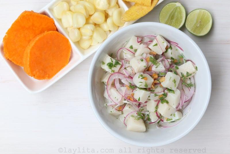 Ceviche de poisson avec patate douce, maïs et chips