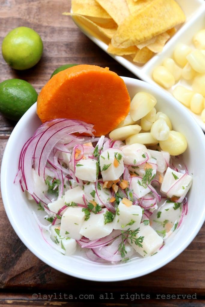 Cebiche ou ceviche péruvien de poisson avec décorations