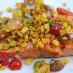 Sauce salsa au maïs sur saumon mariné et grillé