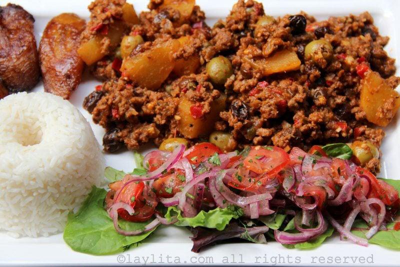 Picadillo avec du riz, des bananes plantain et de la salade.