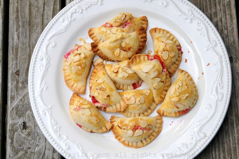 Chaussons ou empanadas aux framboises et aux amandes