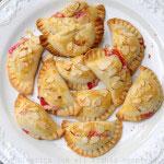 Empanadas aux framboises, fromage de chèvre et amandes