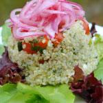 Salade de quinoa aux oignons rouges marinés