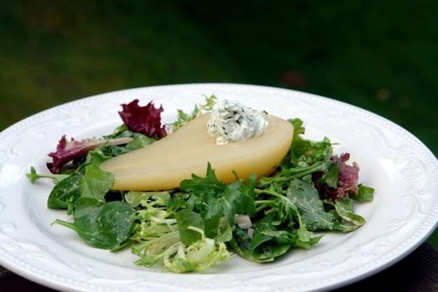 Salade aux poires pochées et au fromage de chèvre