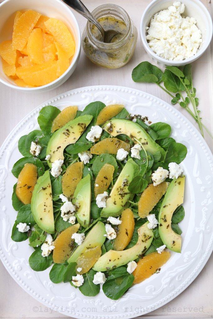 Salade de cresson aux avocats, oranges et fromage de chèvre