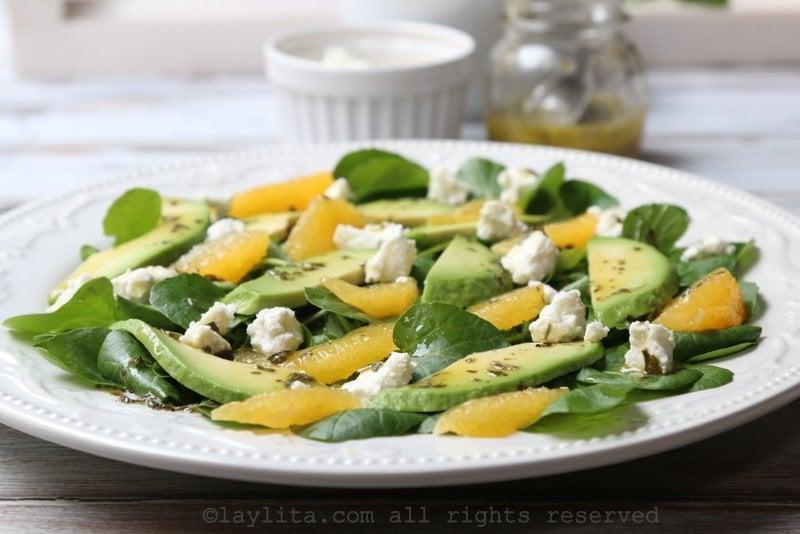 Salade de cresson aux avocats et fromage de chèvre