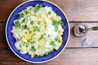 Ajouter la sauce vinaigrette aux endives, fromage et persil