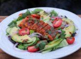 Saumon grillé sur salade d'avocat
