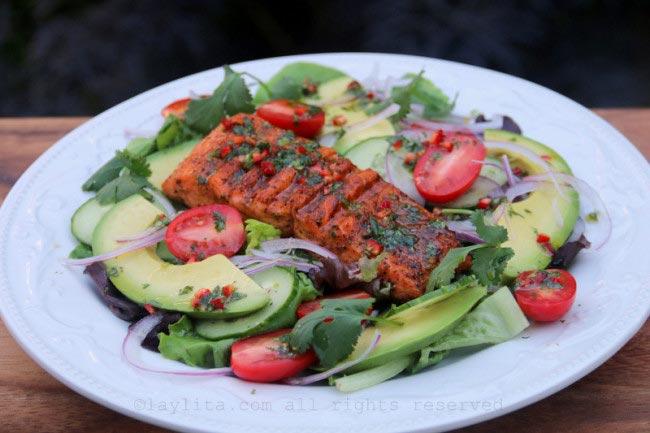Le saumon grillé sur salade d'avocat