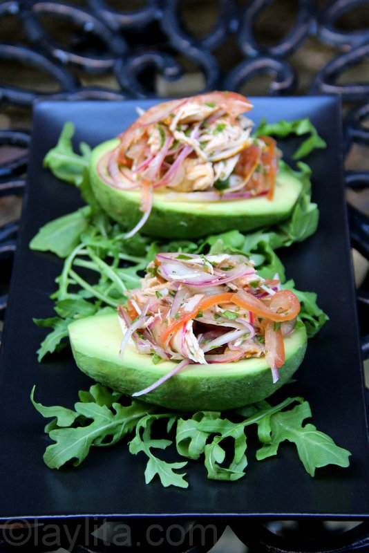 Avocats garnis de viande en salade