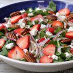 Salade de fromage de chèvre, fraises et roquette