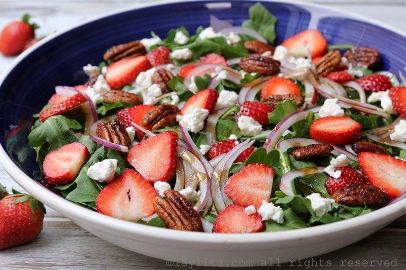 Salade de roquette au fromage de chèvre et aux fraises