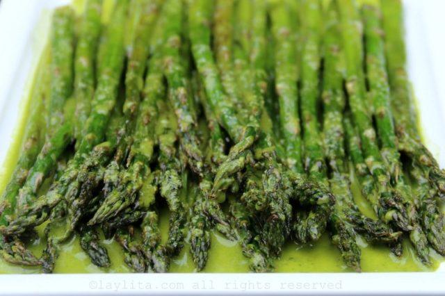 Asperges grillées en sauce persil