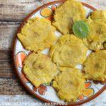 Les patacones, tostones sont des chips épaisses de banane plantain