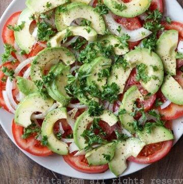 Salade simple d'avocats et tomates