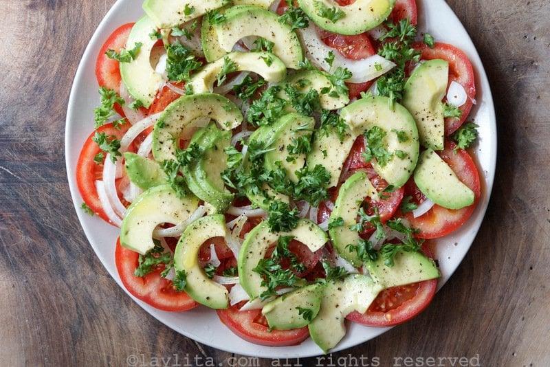Salade de tomates et d'avocats