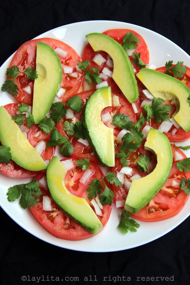 Salade latine de tomates et d'avocats