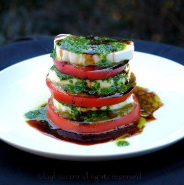 Salade caprese tomate mozzarella en presentation superposée