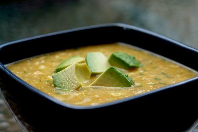 Soupe de quinoa et fromage avec patates et avocat