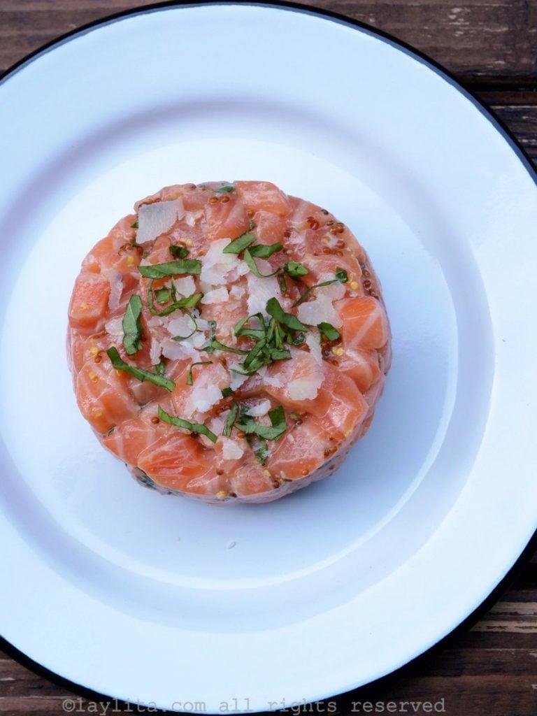 Tartare de saumon avec parmesan frais