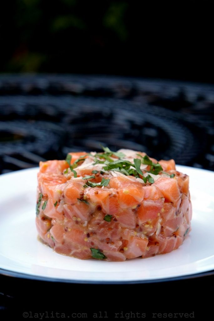Ramekin de saumon cru en entrée