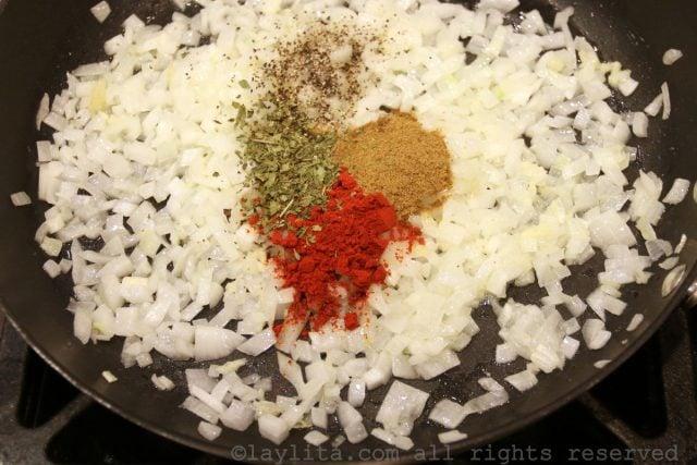 Oignons et épices pour empanadas de viande