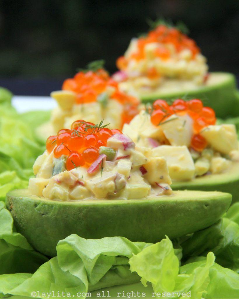 Salade d'avocats garnis aux oeufs de saumon