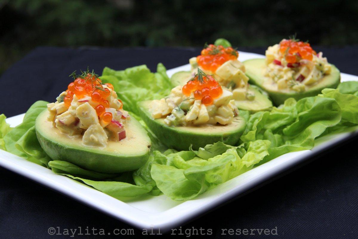 Salade d'oeufs de poule, saumon, et avocats