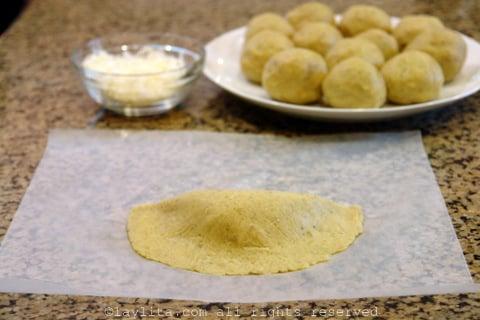 Preparando empanadas de platano verde