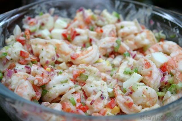La salade de crevettes avec sauce aioli à la coriandre, que l'on met dans les avocats