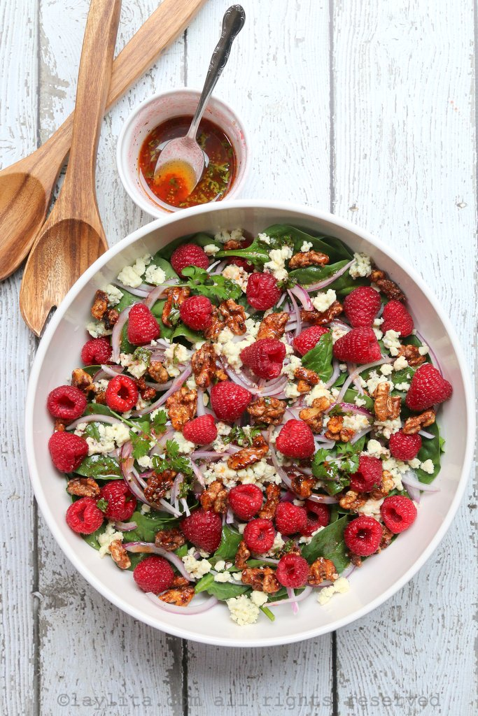 Spinach salad with raspberries and blue cheese
