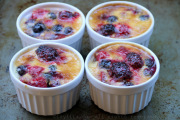 Berries broiled with cream
