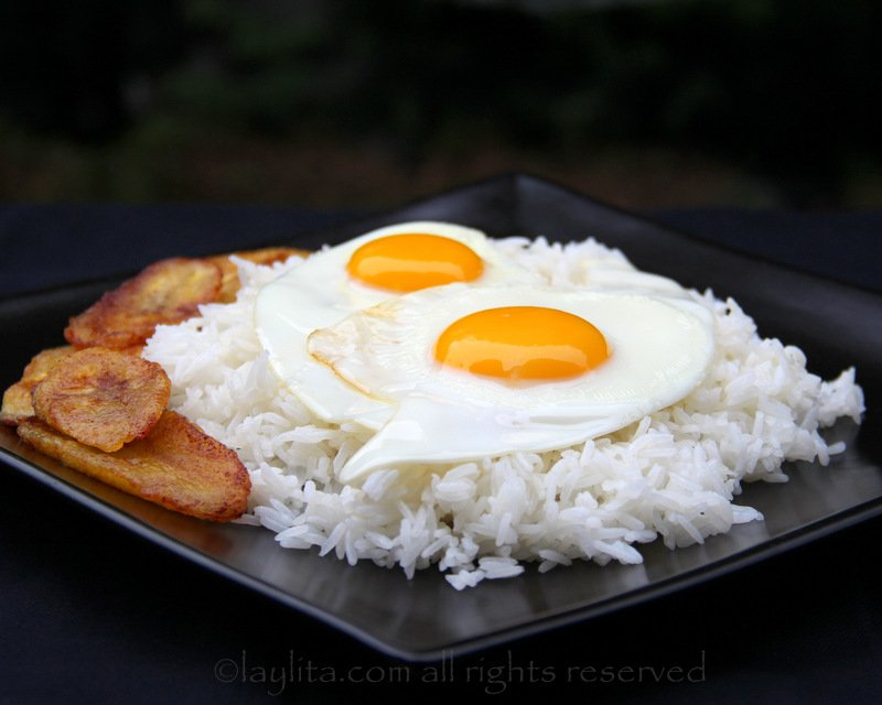 Rice with fried eggs o arroz con huevo