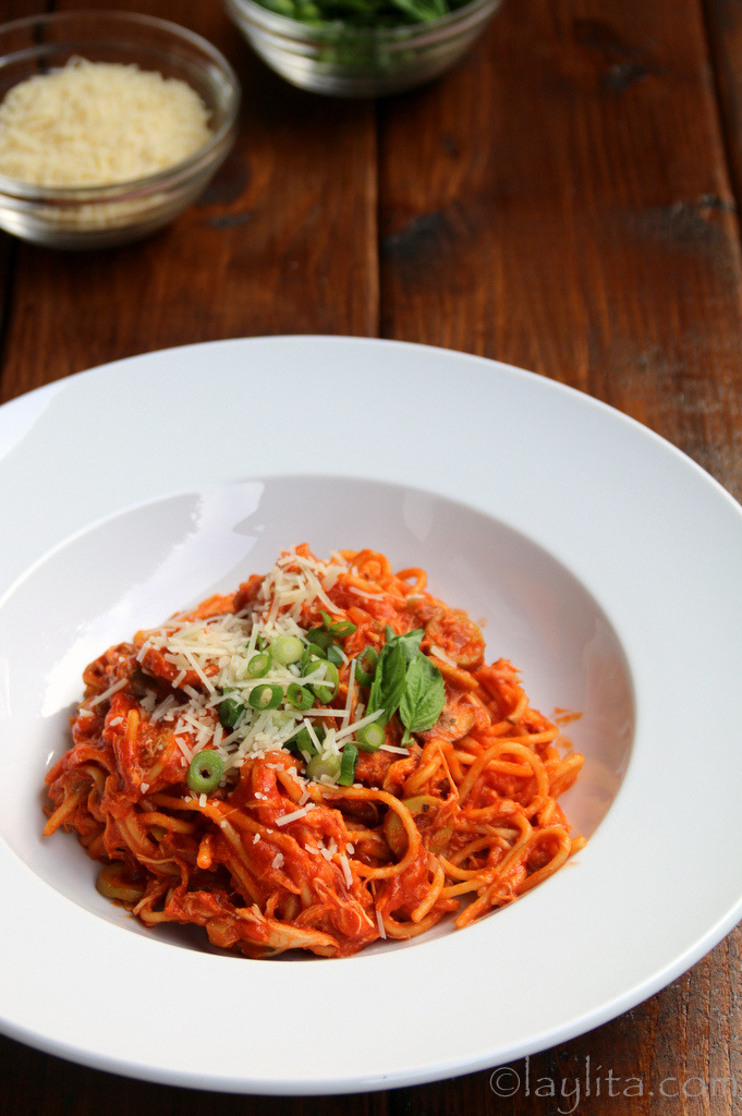 Spaghetti with chicken and tomato sauce